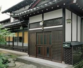 木製玄関建具と外観